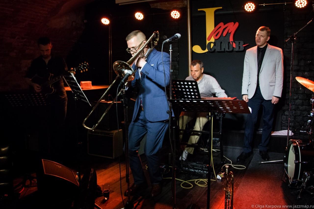 Трубач Виталий Головнёв и Дэвид Гибсон (тромбон) в Клубе Андрея Макаревича