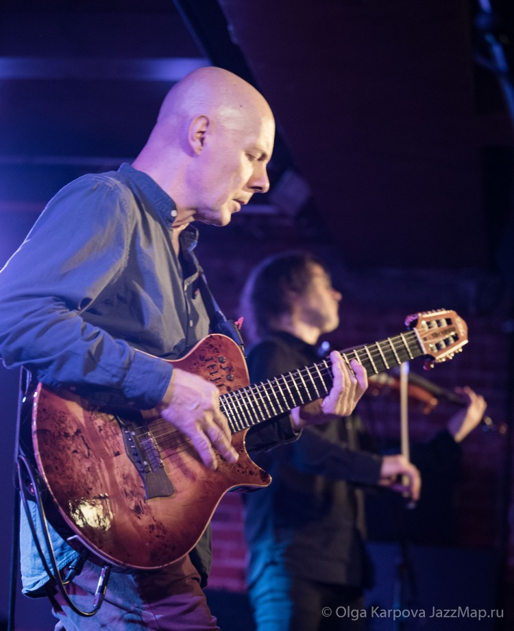 Юрий Матвеев (гитара) и Артём Якушенко (скрипка), а вместе - Two Siberians.